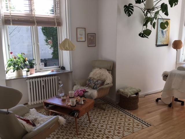 Min klinik Dit stille rum ligger i stuetagen i en hyggelig og rolig villa i hjertet af Frederiksberg. Let at komme til fra indre såvel som ydre Frederiksberg, Vesterbro, Valby, Vanløse og indre by. Og hvis du kommer fra resten af Sjælland eller Fyn og Jylland.
